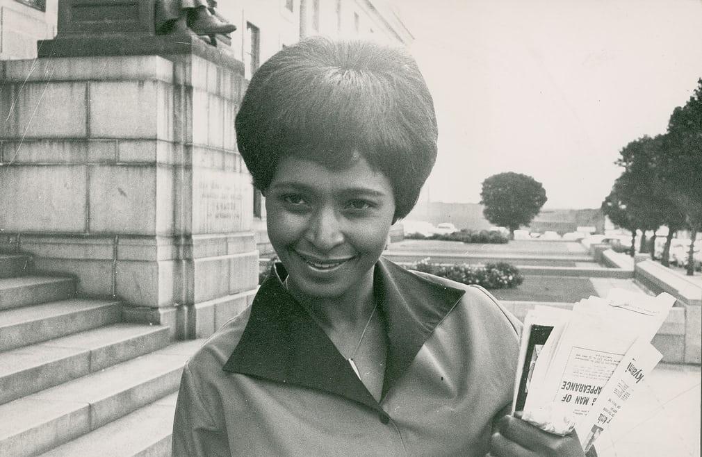 Winnie Mandela, 11955, 1ere assistante sociale noire du pays